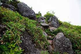山頂手前の大きな石の段差