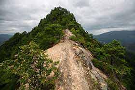 両サイドは高い岩の壁