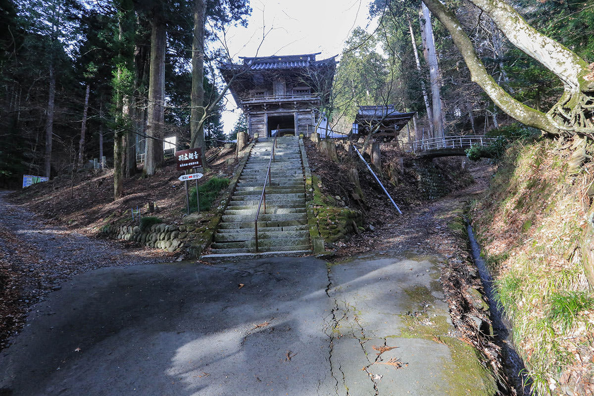 仲仙寺の横を右へ