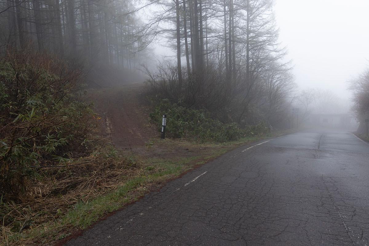 道路を挟んで信越トレイルのコース上