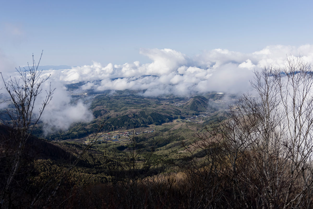 南側には信濃町の集落と薬師岳がポツンと見える