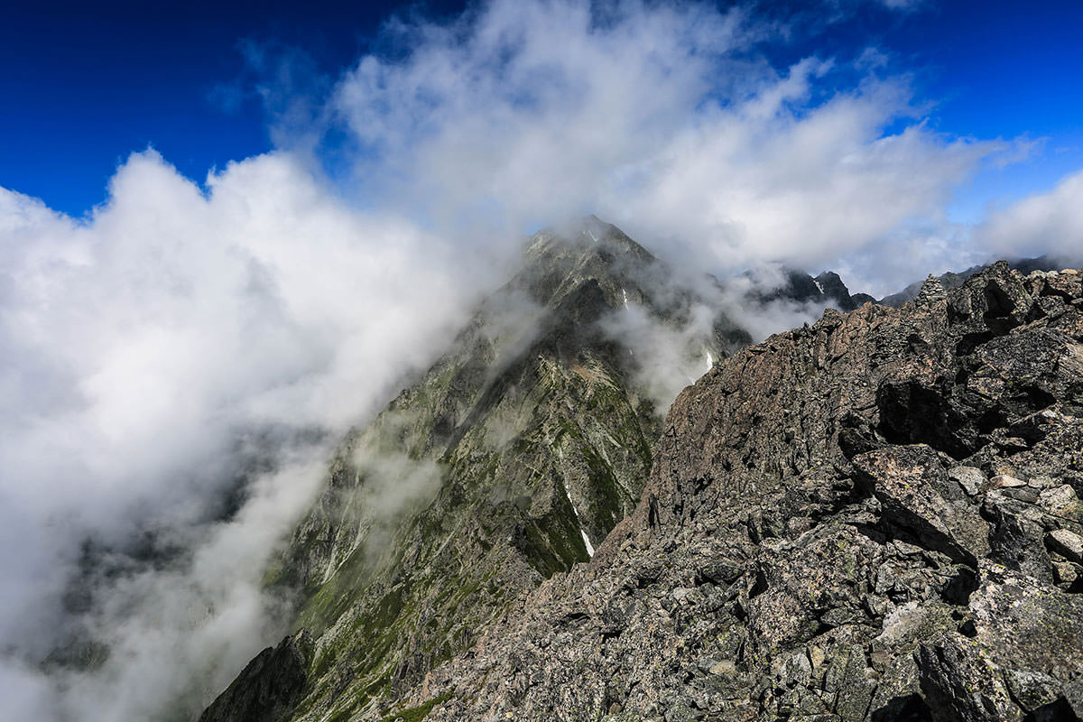【前穂高岳】登山百景-奥穂高岳がチラリ