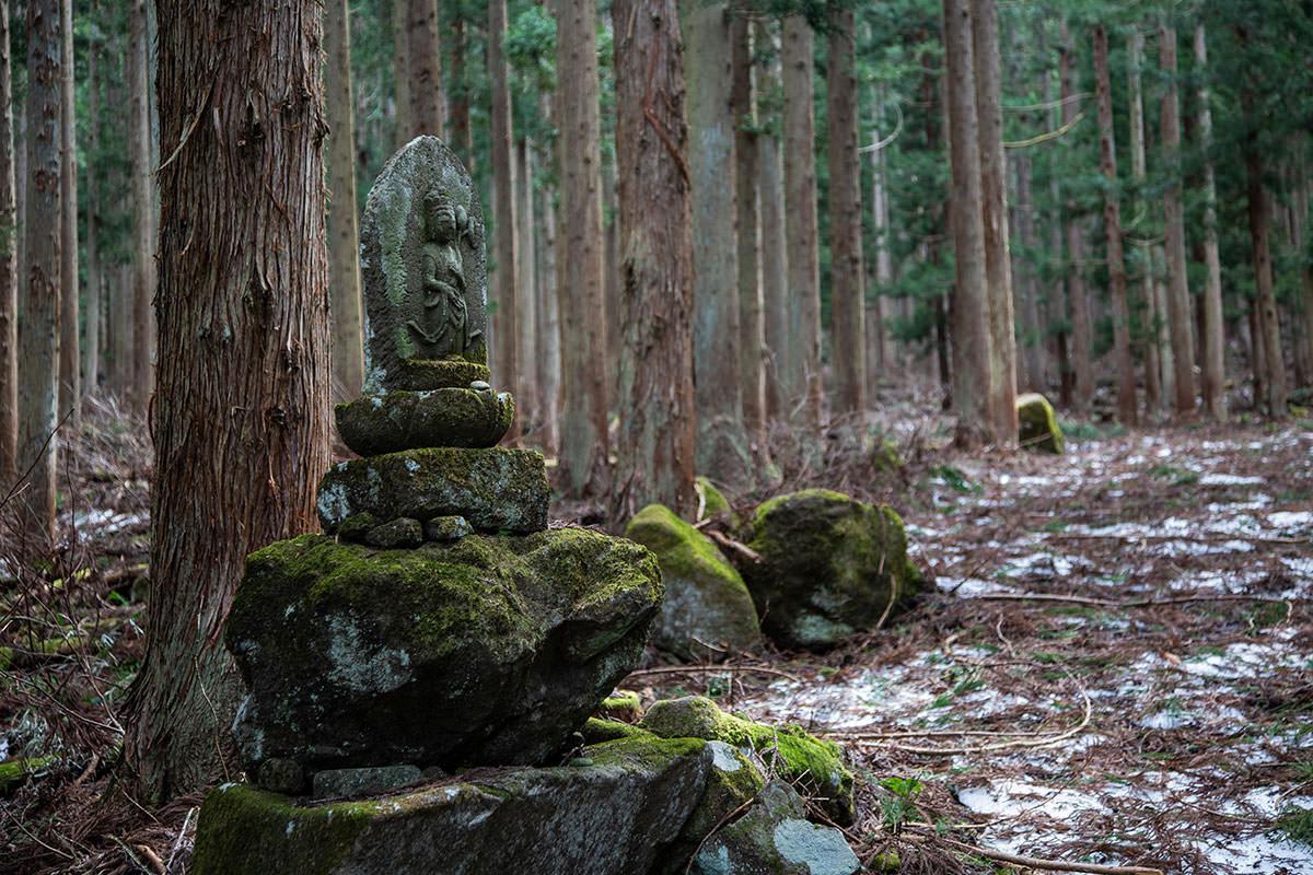 【万仏山】登山百景-石仏が置かれている