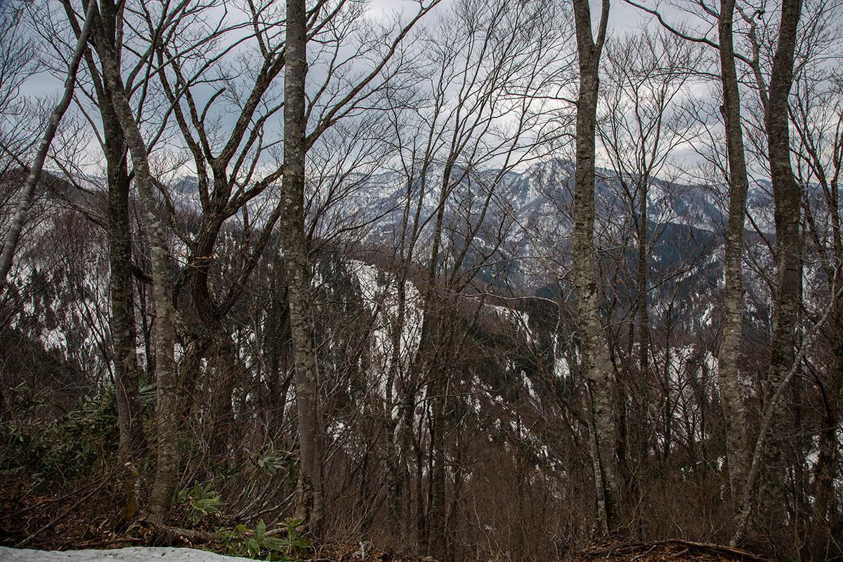 【万仏山】登山百景-周囲の山は雪深い