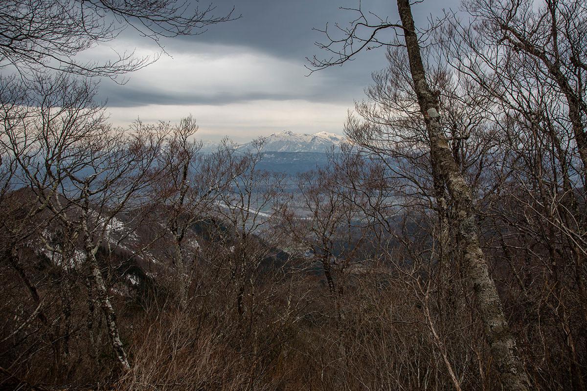 【万仏山】登山百景-隙間から妙高山が見える