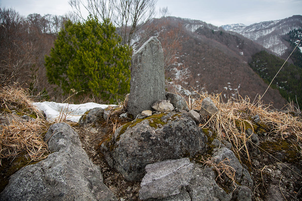 【万仏山】登山百景-石碑が建っている