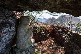 窓岩から向こう側を見る