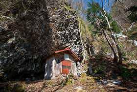 万仏岩とお堂