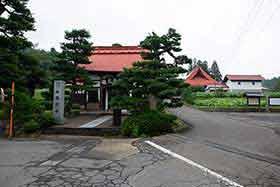 稲泉寺の前を通って裏側へ