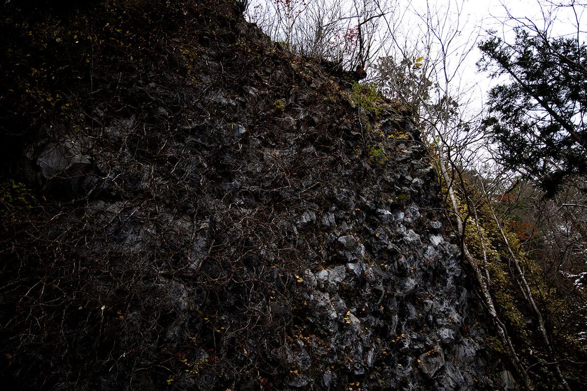 万仏岩を見上げる