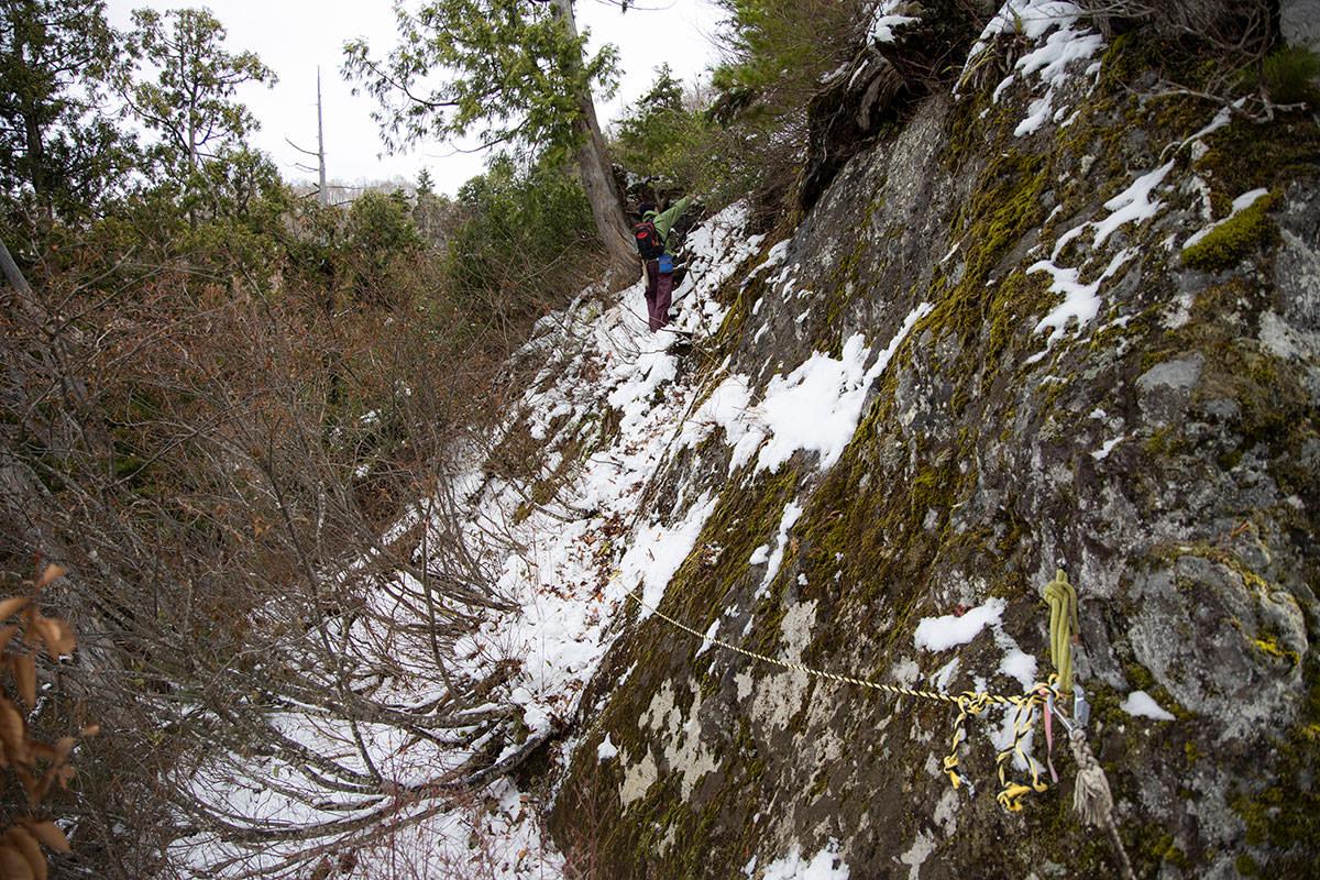 岩尾根の側面をトラバース