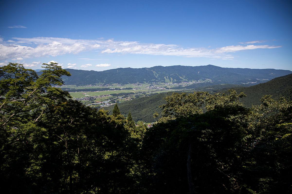 木が開けたところから関田山脈