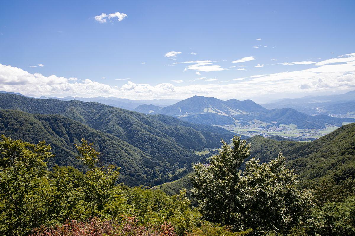 南峰からは高社山が見える