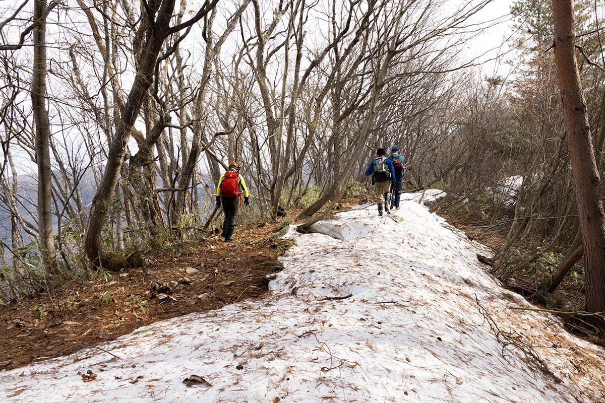 万仏山-雪の残る尾根を馬曲山へ