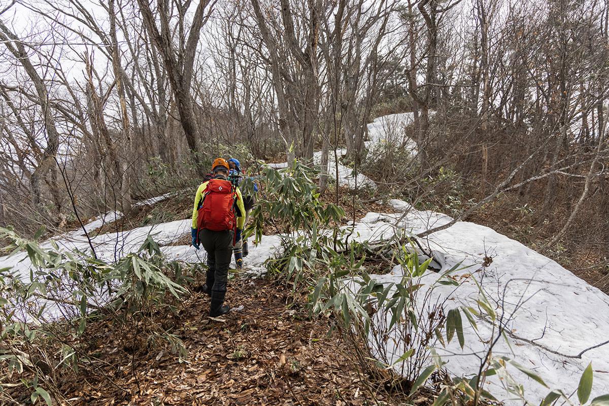 万仏山-落ち葉と雪が交互の登山道
