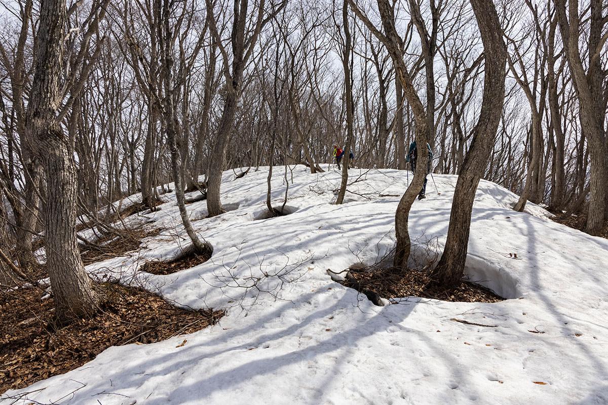 万仏山-残雪の登りを馬曲山の山頂へ