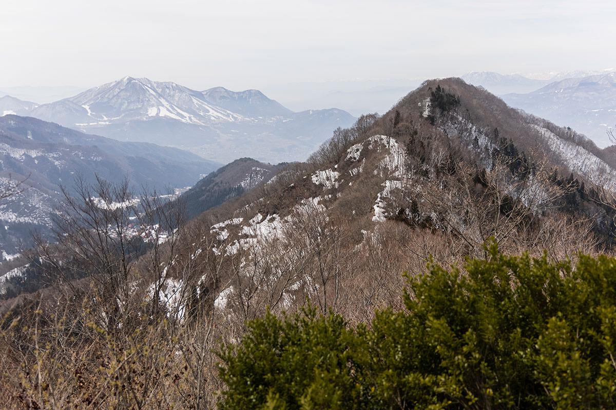 万仏山-振り返って見える馬曲山と、向こうに高社山