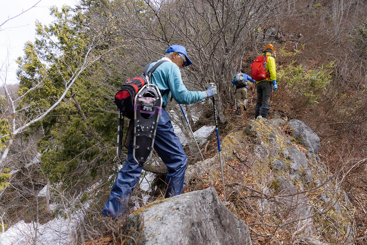 万仏山-ナイフリッジ的な岩場を過ぎる