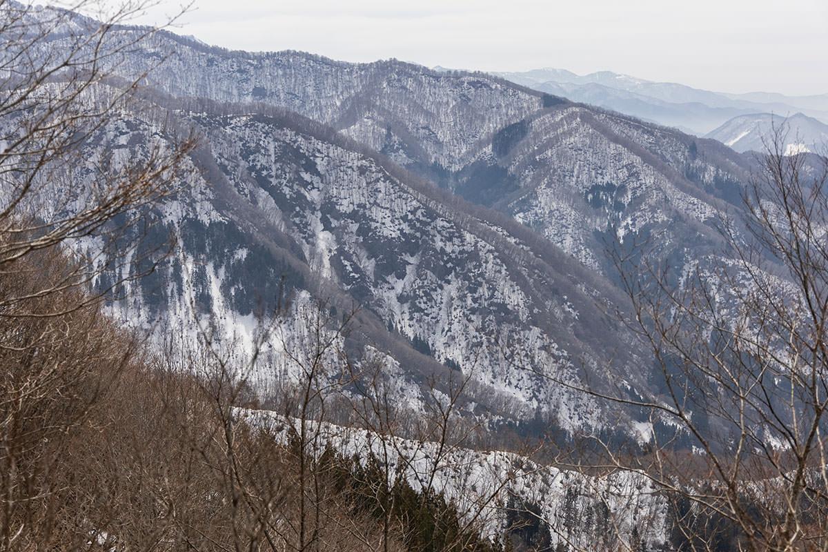 万仏山-右手側には残雪の山々