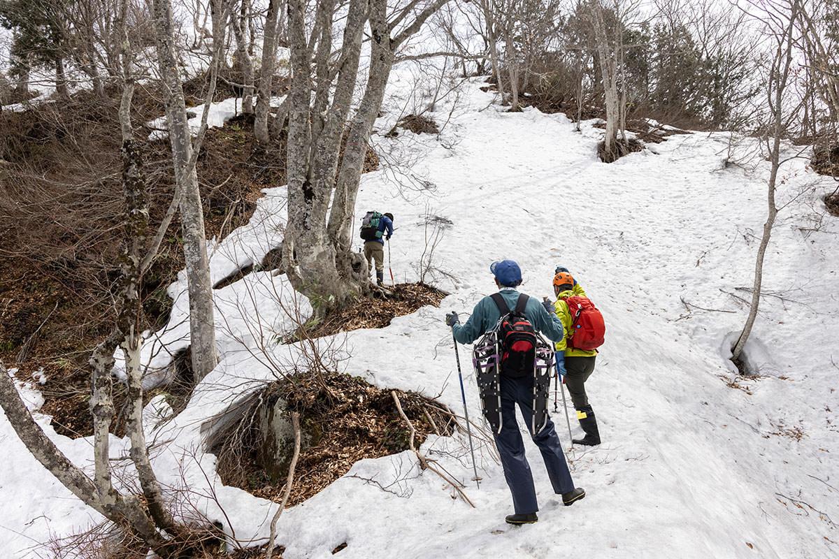 万仏山-残雪の急登を登る核心部