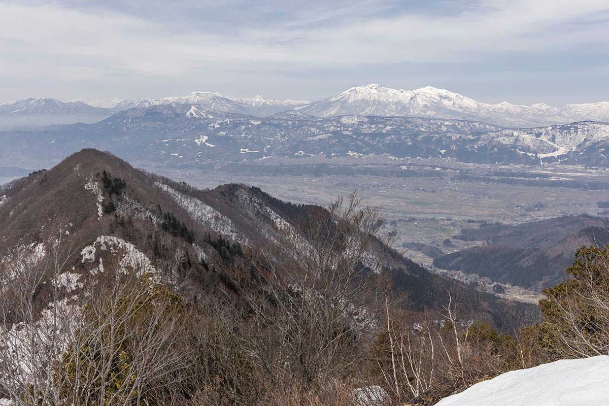 万仏山-南峰からの妙高山と飯山市