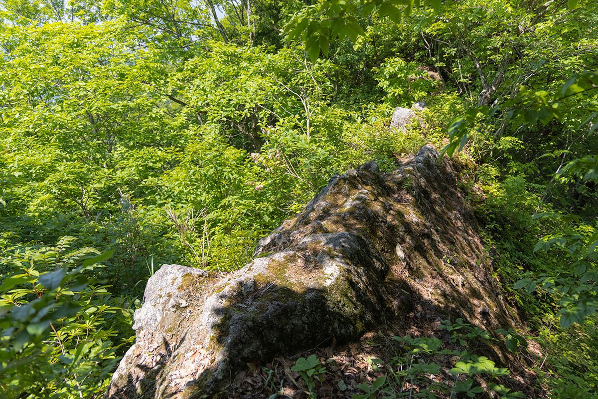 万仏山-細い岩の上を渡る