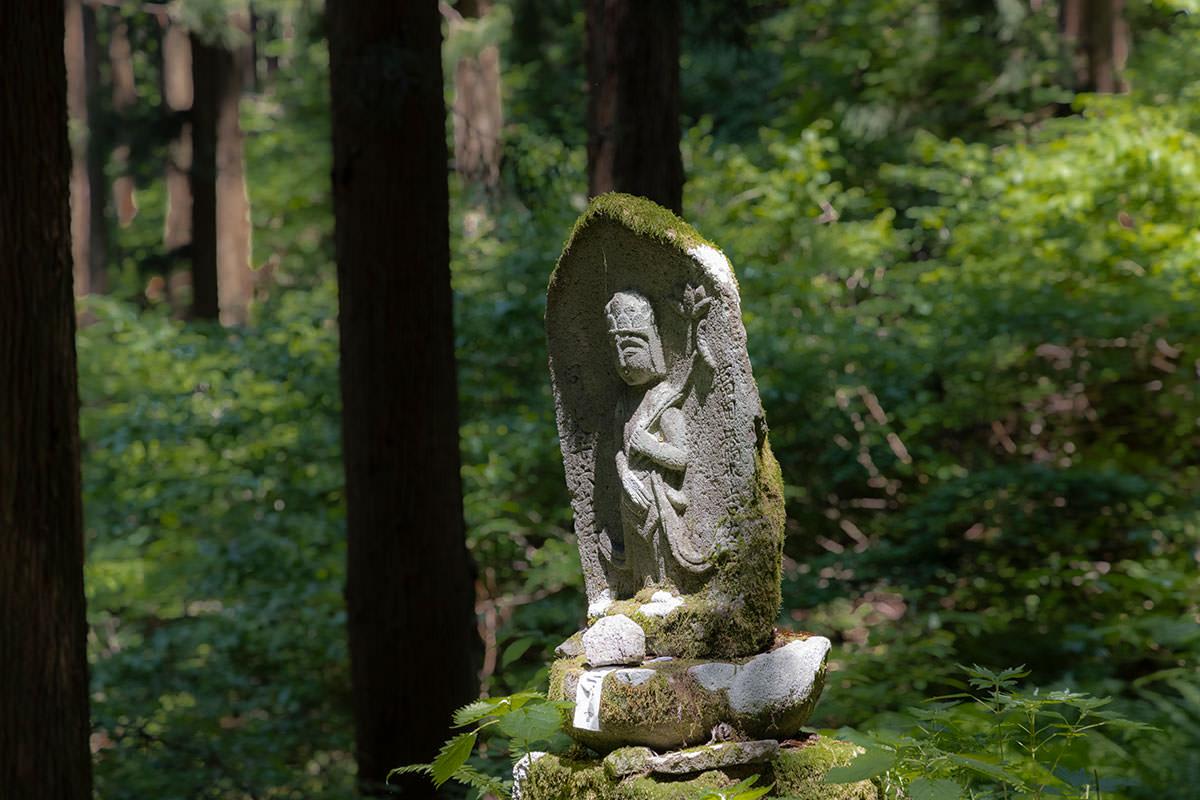 万仏山-石仏があちこちにある
