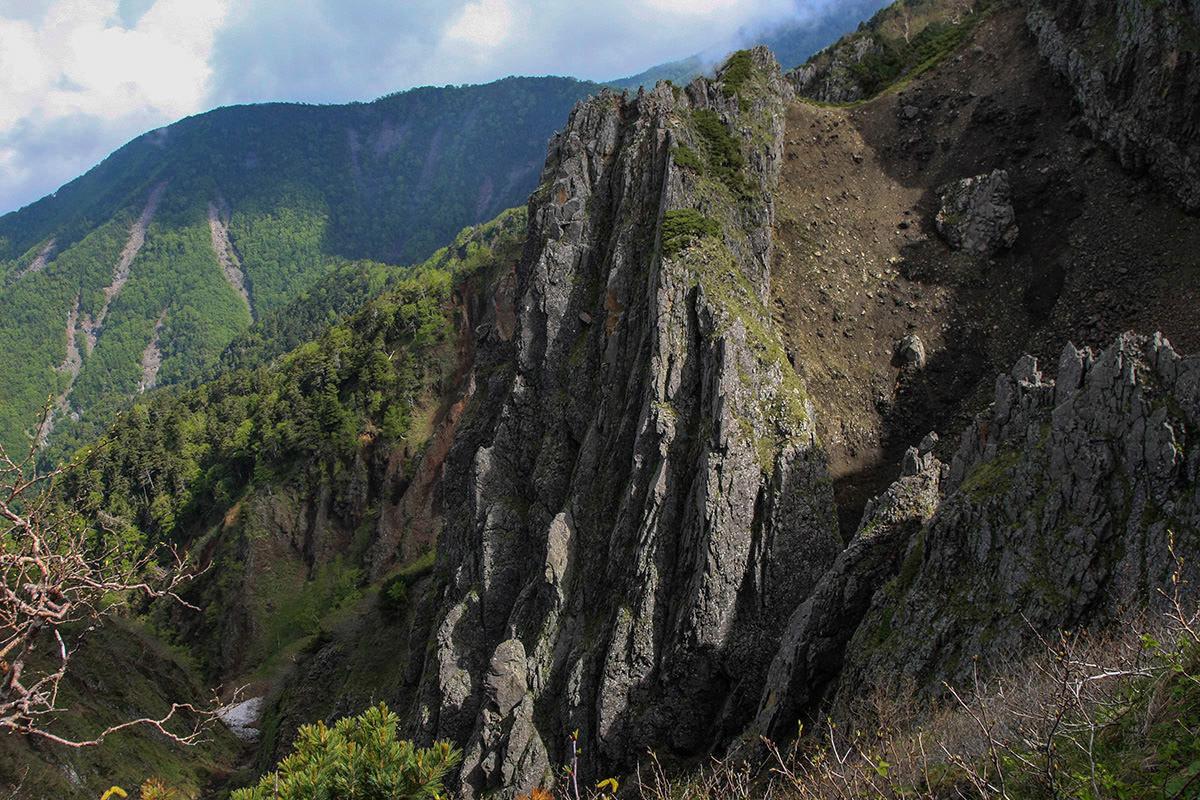 【南八ヶ岳 南北縦走】登山百景-左側は崖