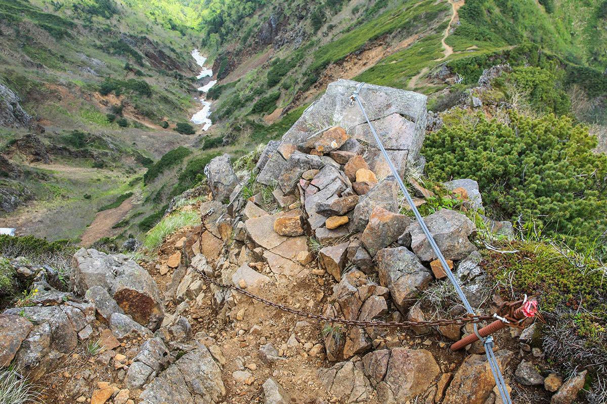 【南八ヶ岳 南北縦走】登山百景-尾根から鎖を伝って下りる