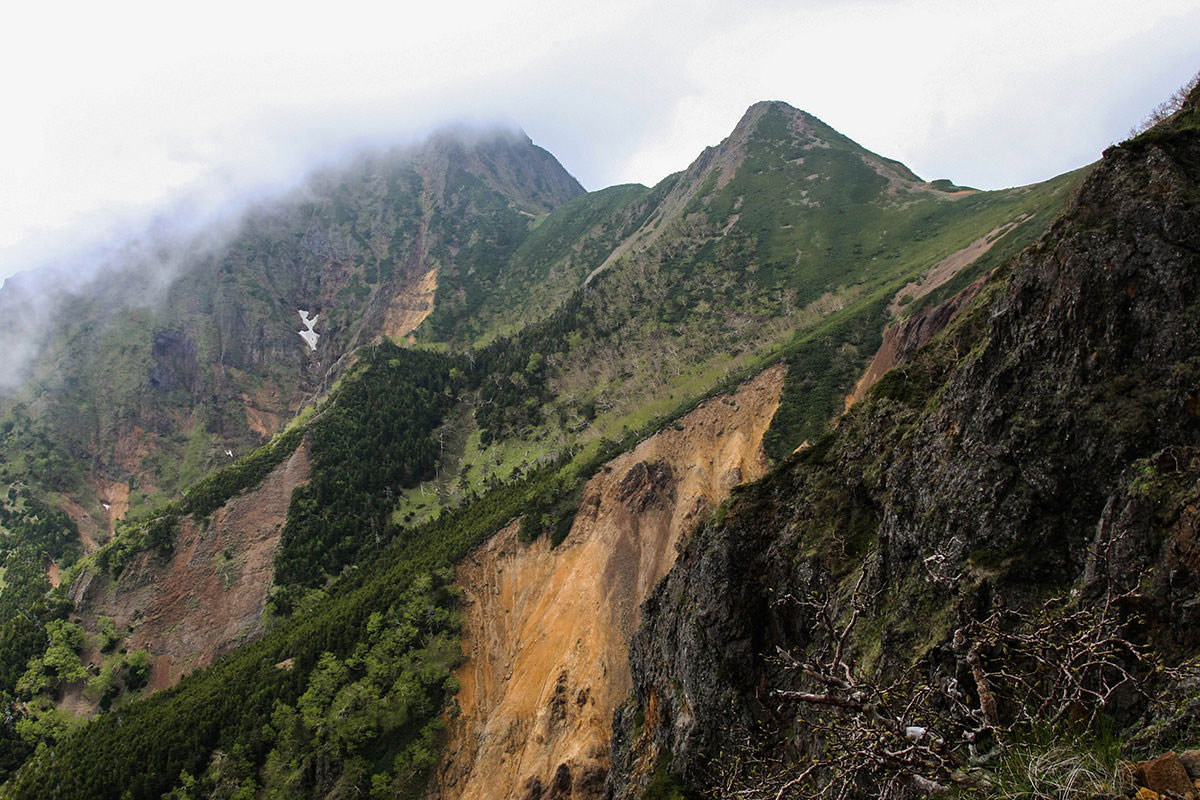 【南八ヶ岳 南北縦走】登山百景-左には中岳