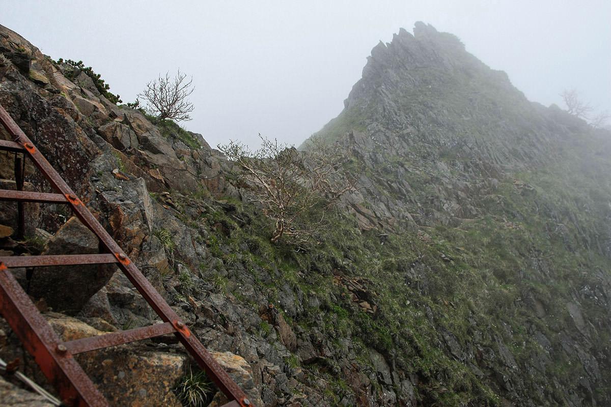 【南八ヶ岳 南北縦走】登山百景-ハシゴの先は狭い岩場