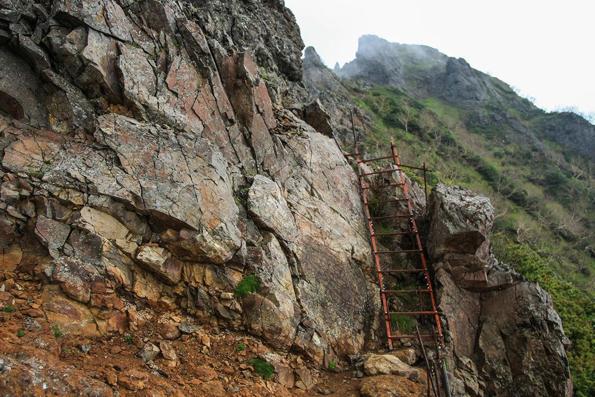 【南八ヶ岳 南北縦走】登山百景-ハシゴを登る