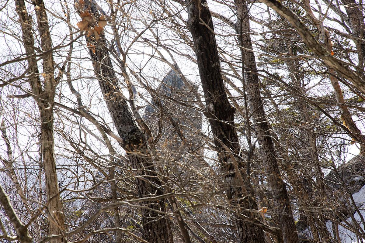 左に烏帽子岩を見ながら登る