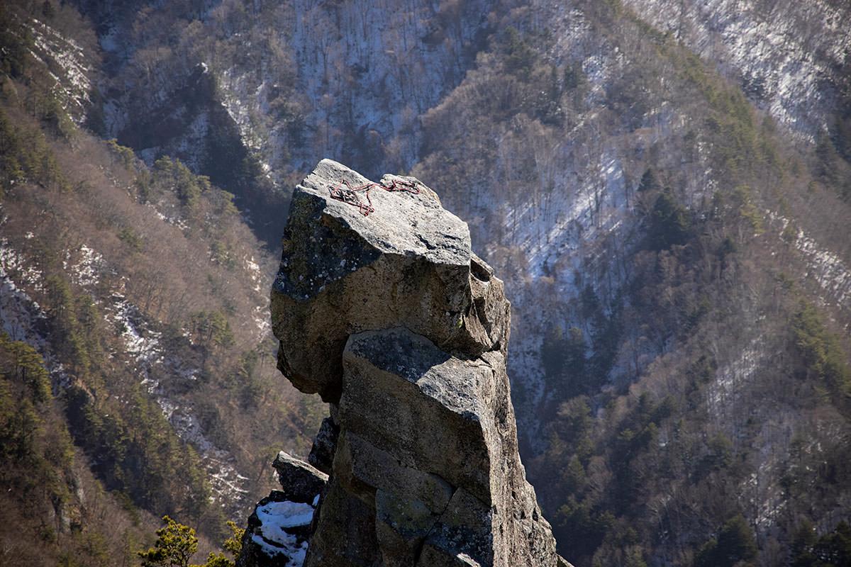 岩の上にロープが置いてある
