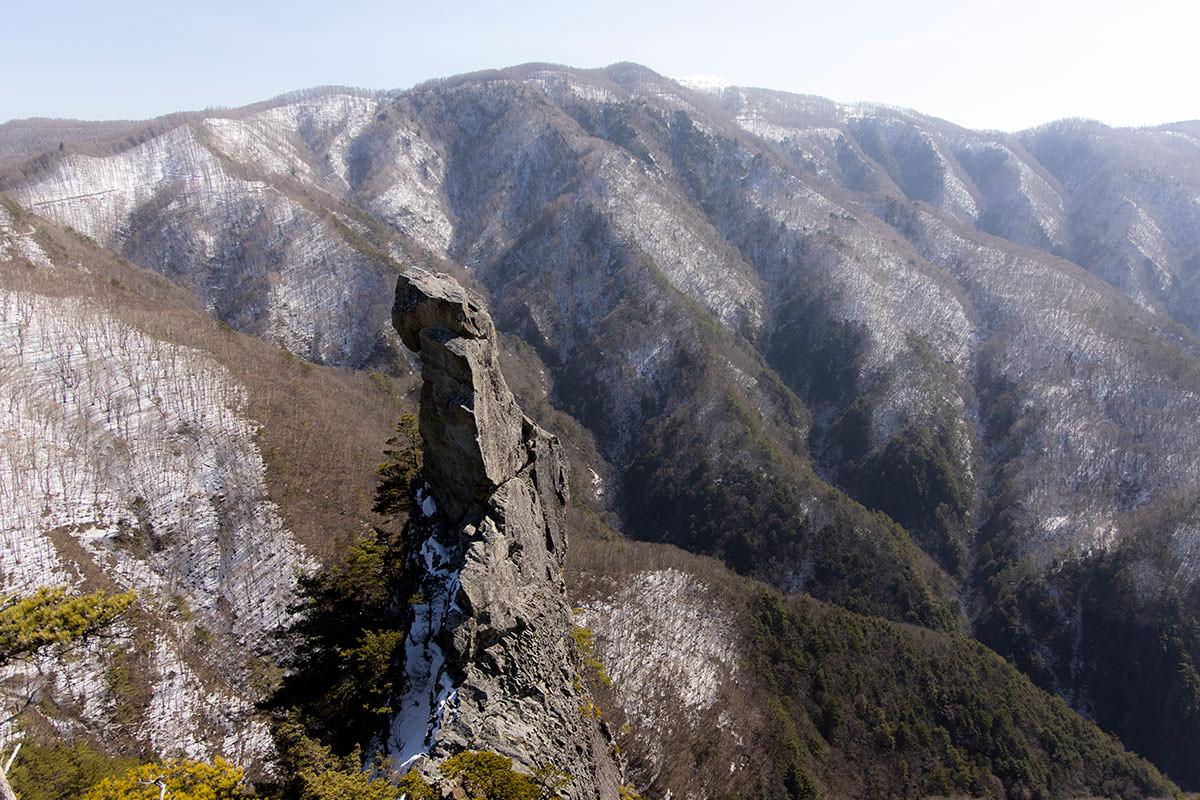 岩の後ろには美ヶ原