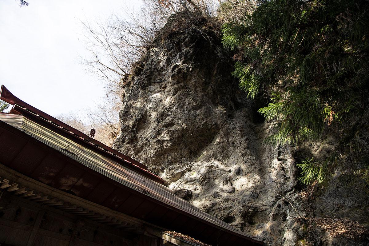 建物の後ろは岩壁