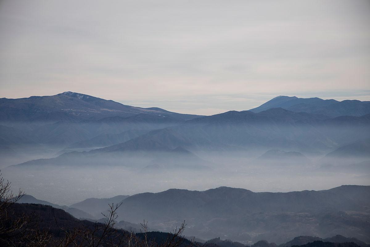 浅間山方面の街には雲がうっすら