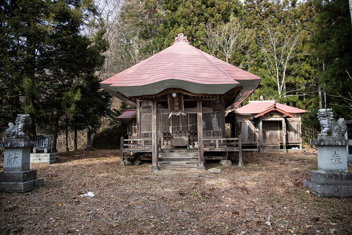 虫倉神社の境内を通り過ぎる