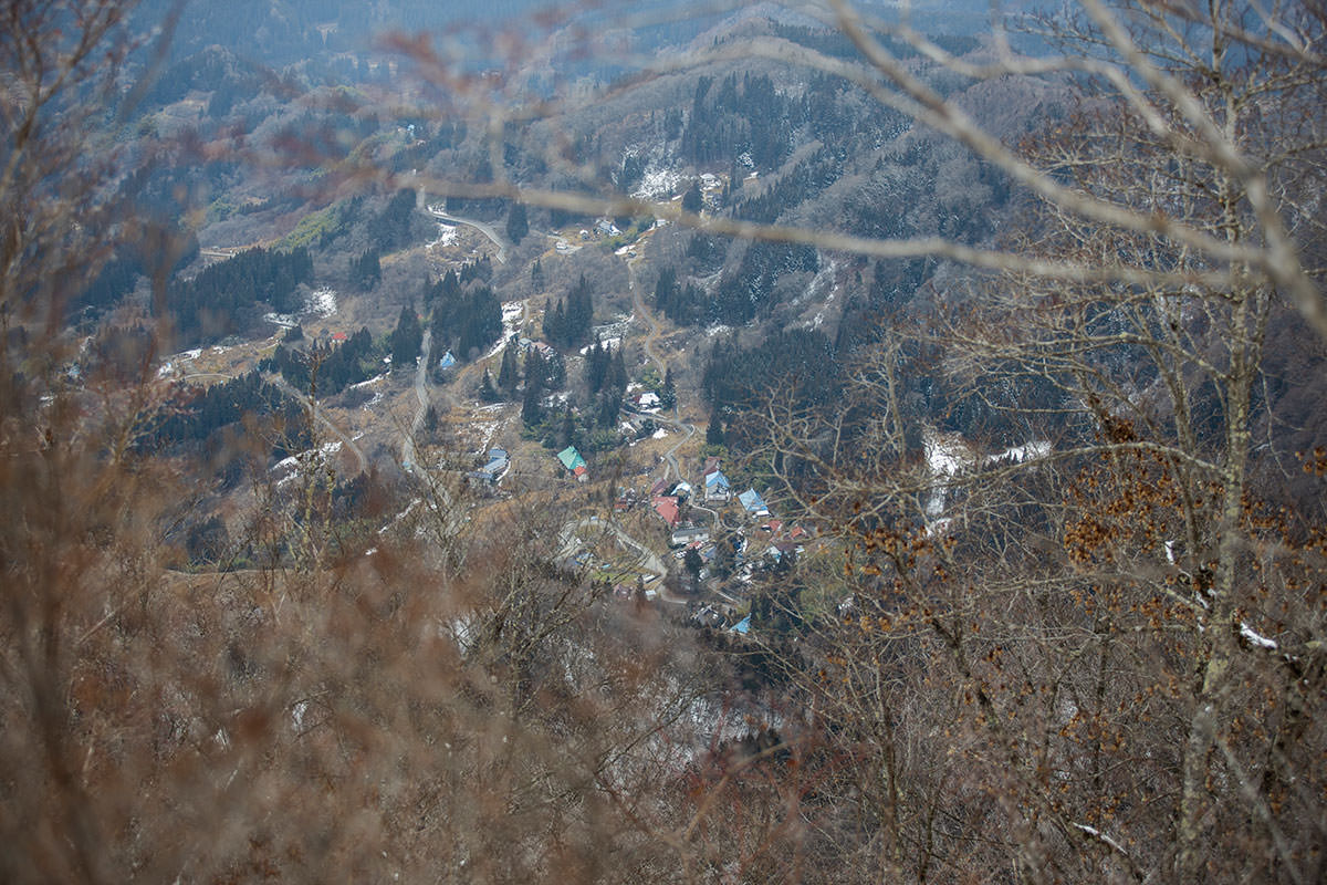 登山口近くの集落を見下ろす
