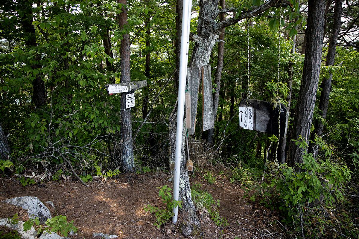 祠の右側は天徳寺への下山路