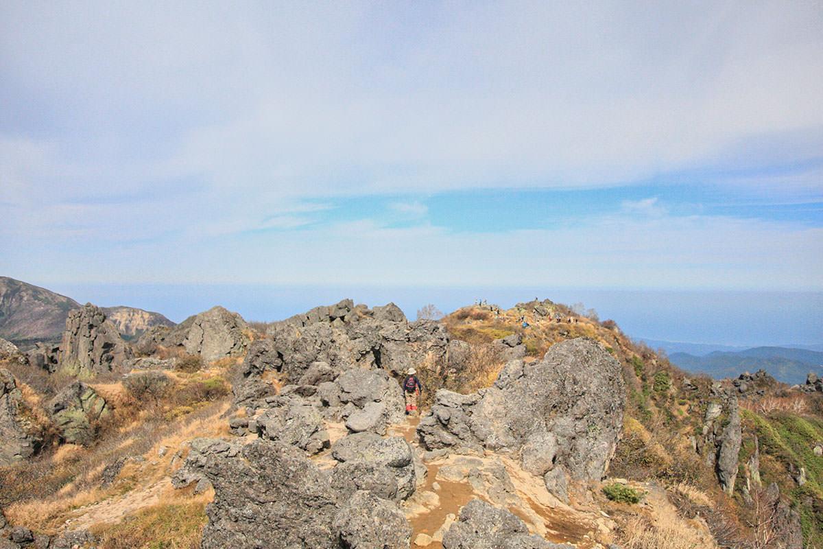 【妙高山】登山百景-南峰から北峰を眺める