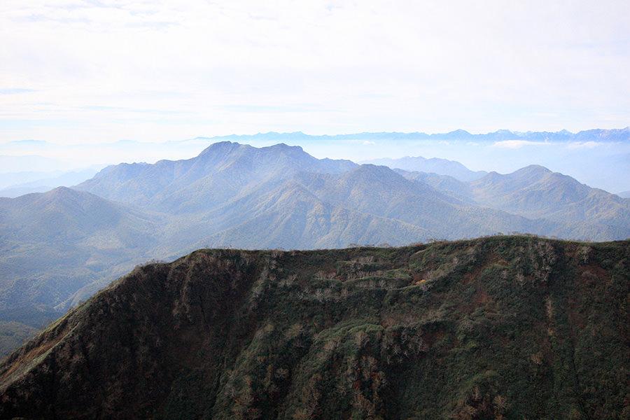 妙高山から高妻山を眺める