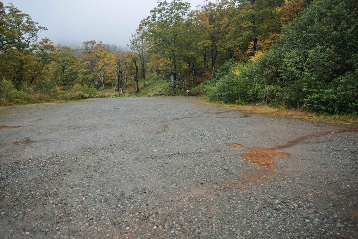 【苗場山】登山百景-駐車場は約100台