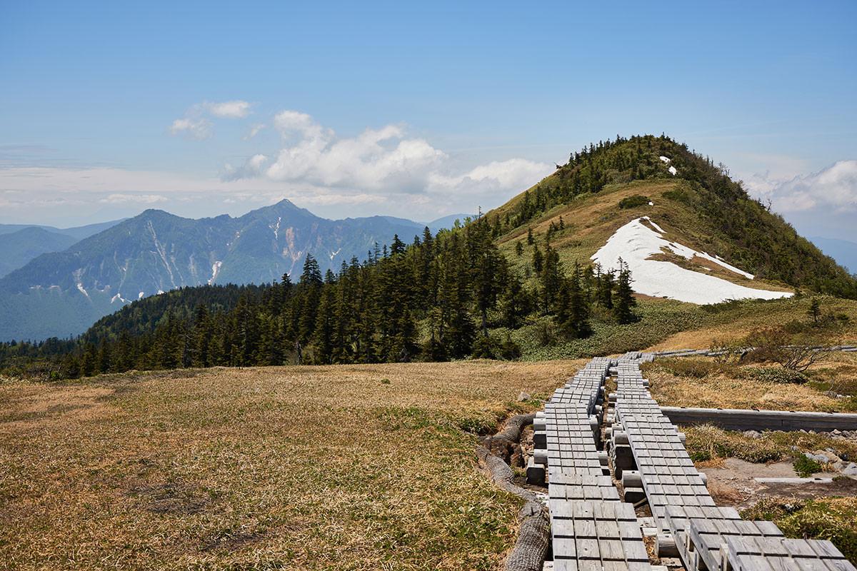 苗場山-佐武流山から右にはピークと鳥甲山