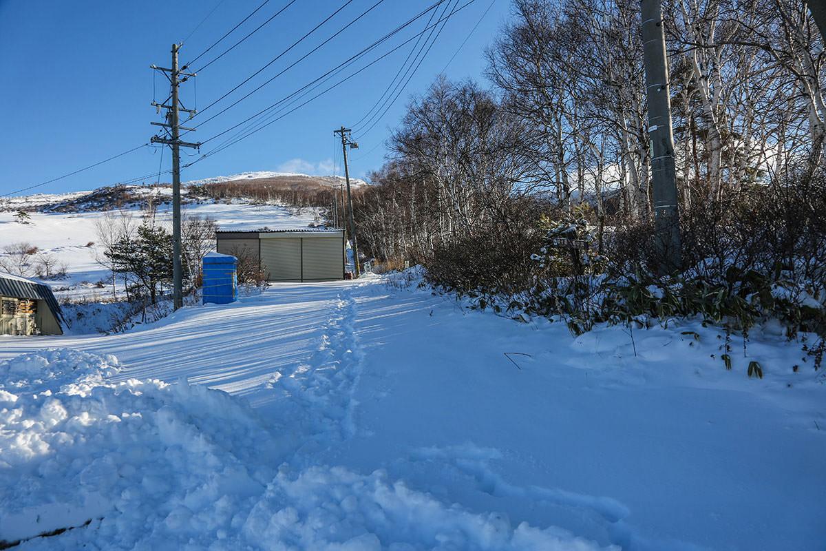 【根子岳 菅平高原】登山百景-登山口から雪が積もっている