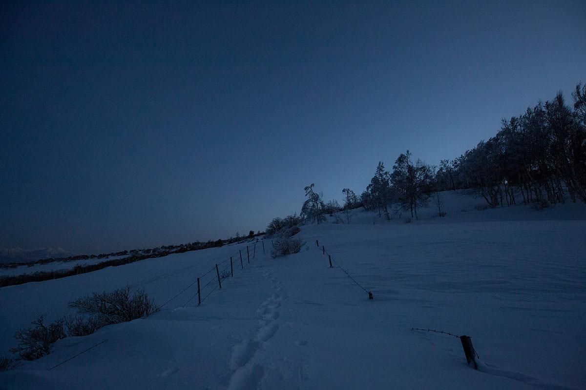 雪の中を登る