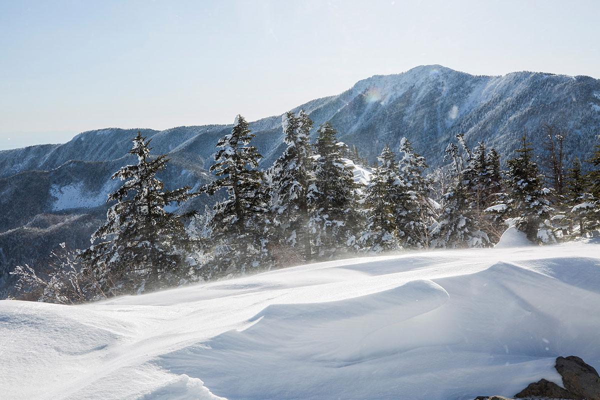 細かな雪が舞い上がる
