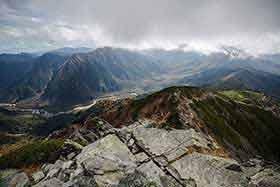 登山口方面を見下ろす