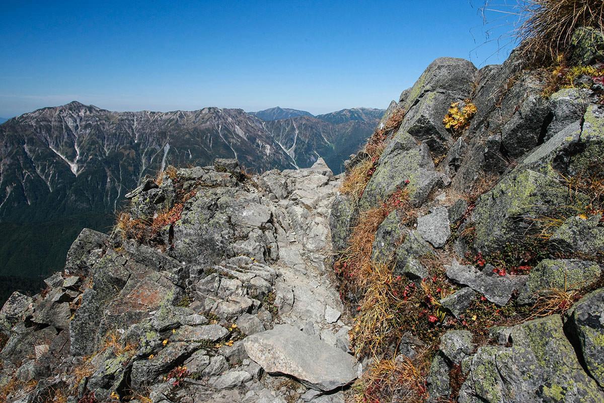 【西穂高岳】登山百景-足元の先には笠ヶ岳