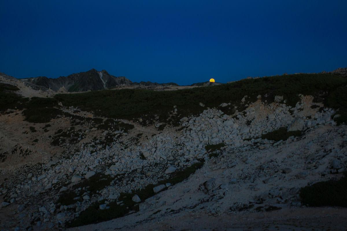 水晶岳の横に月が沈む